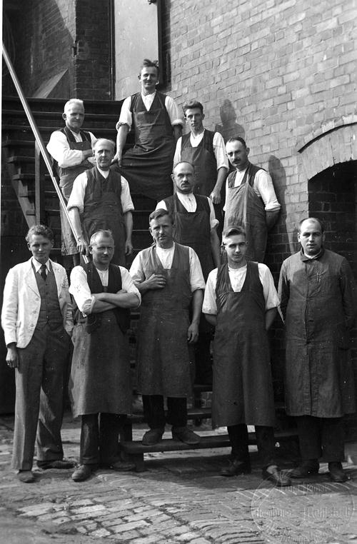 Die Beschäftigten Der Möbelfabrik Busch 1934: Untere Reihe Von Links: 1.  Hans Busch, 3. Linquist